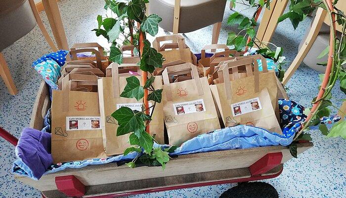 100 Überraschungstüten wurden im Mehrgenerationenhaus gepackt und am 10.06.21 am Markttag an die BesucherInnen verteilt.