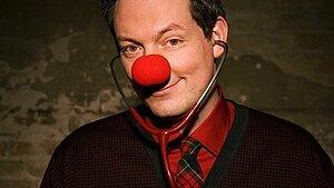 Foto von Dr. Eckart von Hirschhausen mit einer roten Clown-Nase