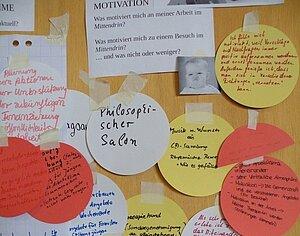 Foto einen Pinnwand mit Notizen