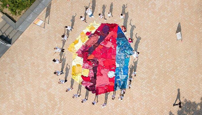 Luftaufnahme aller Teilnehmer*innen und des fertigen XXL-Kunstwerks.