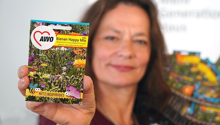Betina Ahmadyar vom AWO-Mehrgenerationenhaus Landsberg hat dazu eingeladen, die Bienen in der Nachbarschaft zu füttern.