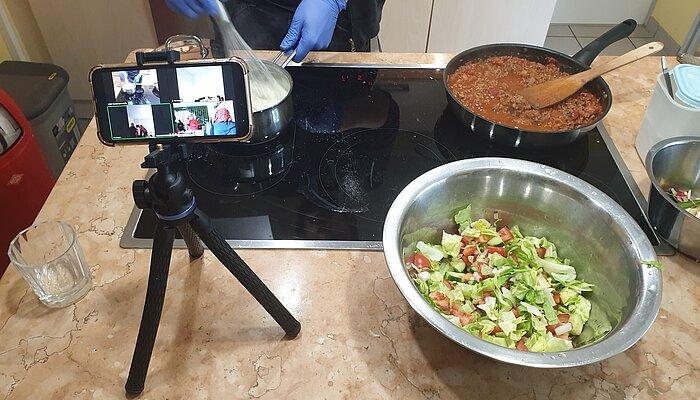 Küche des MGH mit digitalem Medium und Kochzutaten
