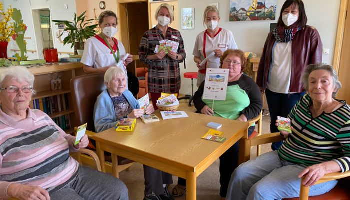 Hier ist zu sehen, wie den Kindergärten, den Bewohnern vom Altenheim uvw. unsere Samentütchen übergeben werden.