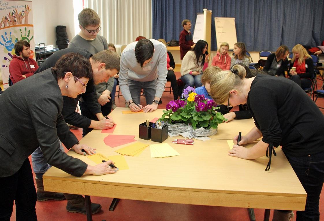 Die Teilnehmer schreiben ihre Themen und Anliegen auf Kärtchen