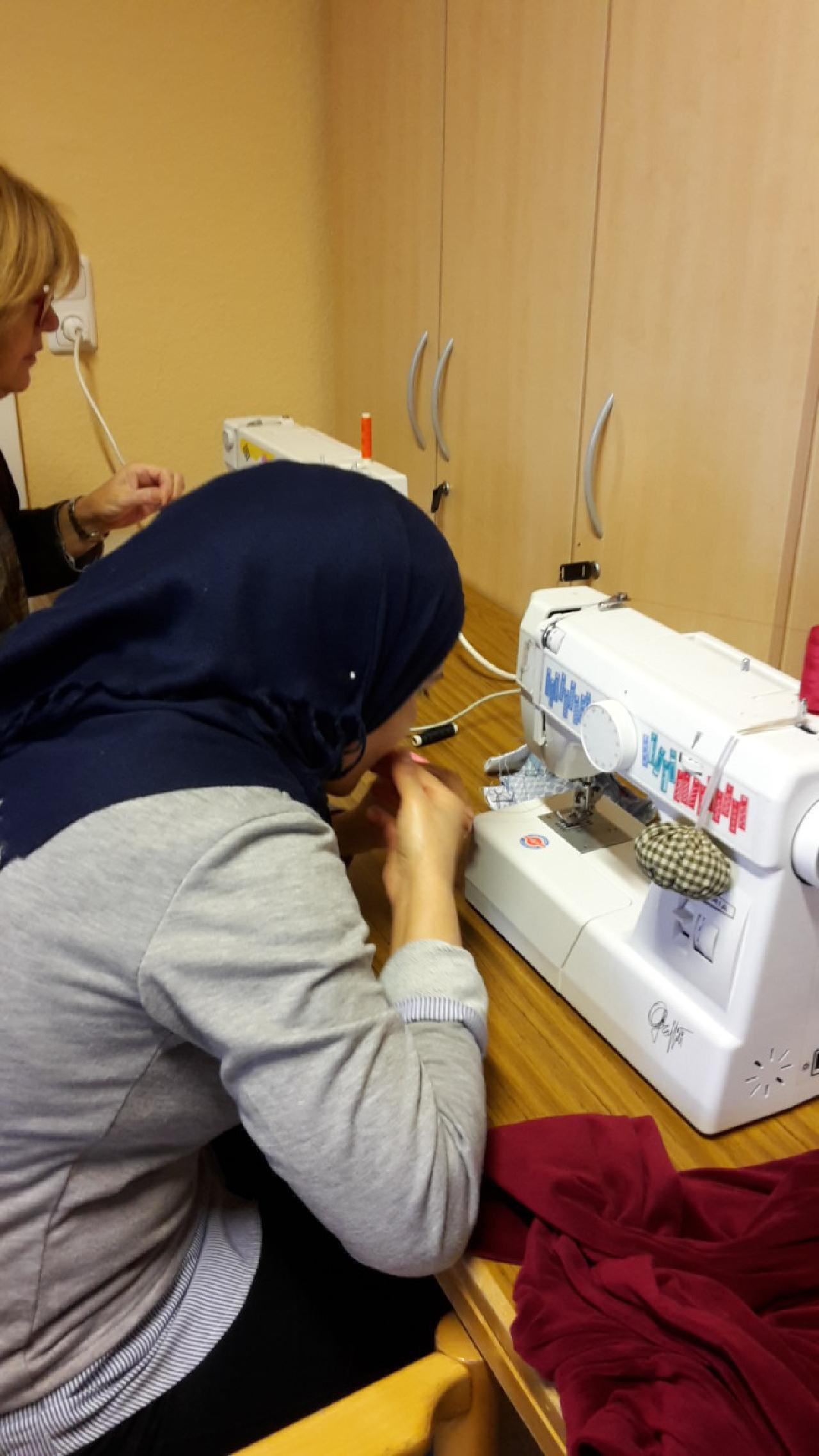 Zwei Frauen an Nähmaschinen
