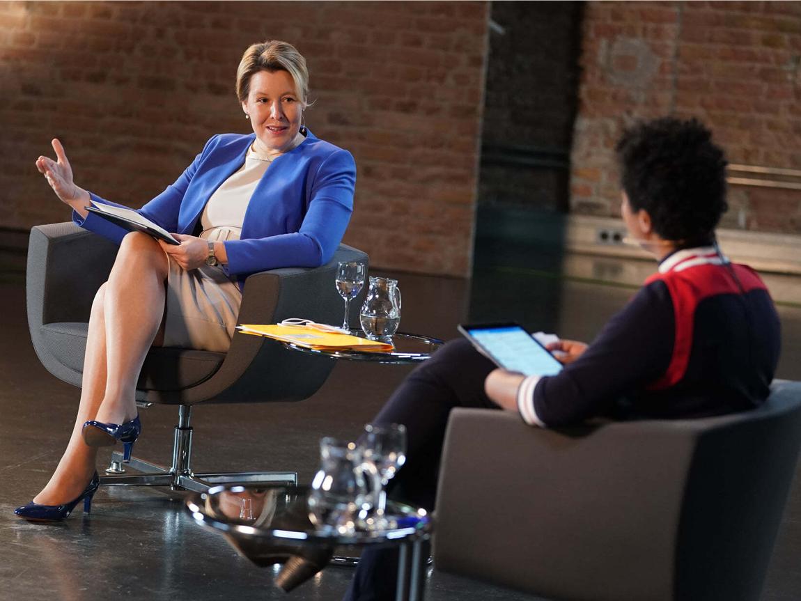 Bundesfamilienministerin Franziska Giffey im Gespräch mit der Moderatorin, die Ministerin trägt eine blaue Bluse.