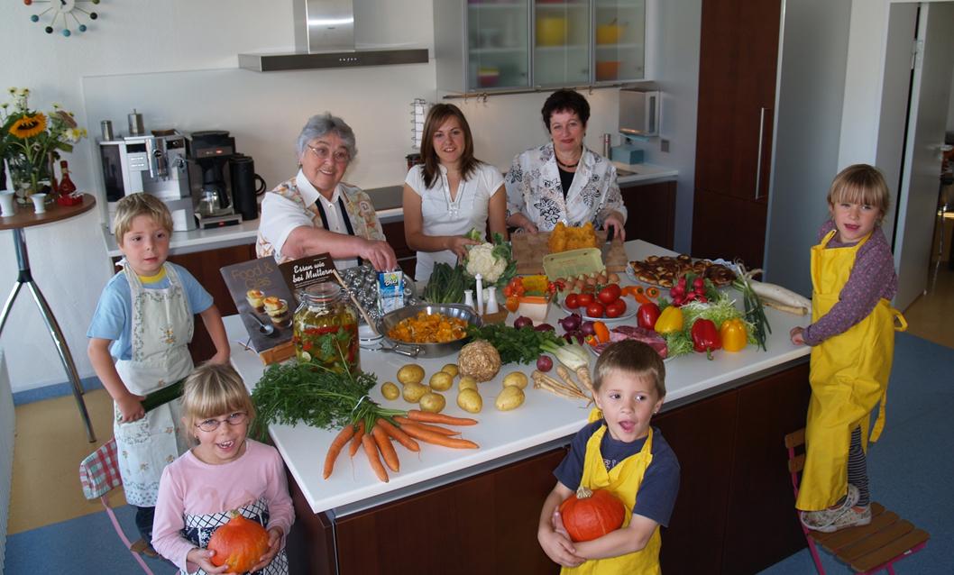 Kinder, die gemeinsam im Mehrgenerationenhaus an einem Kochkurs teilgenommen.