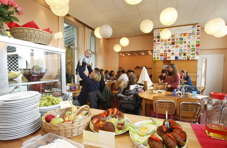 Besucherinnen und Besucher des MGH Dortmund, die am offenen Café teilnehmen.