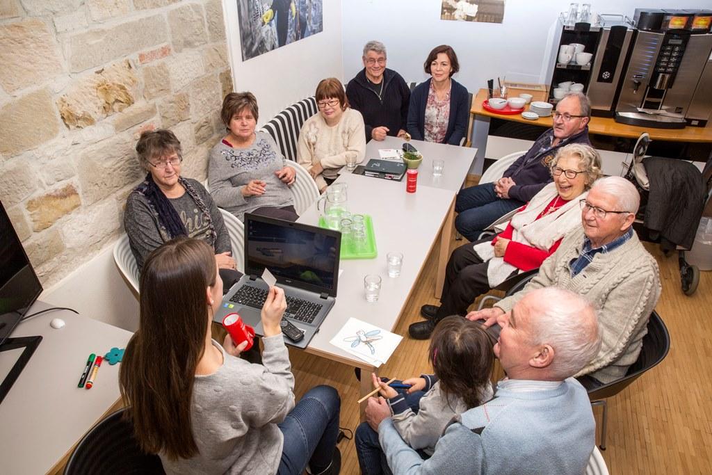 """im wöchentlich stattfindenden Angebot """"RentenSCHMIEDE"""" sprechen Besucher über Themen rund um die Rente"""
