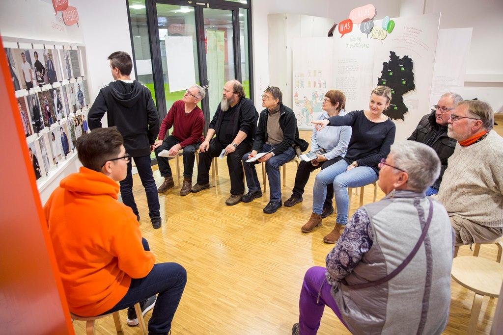 """Besucher und freiwillig Engagierte der RentenSCHMIEDE besucht Schule zum Thema """"Demokratieförderung"""""""