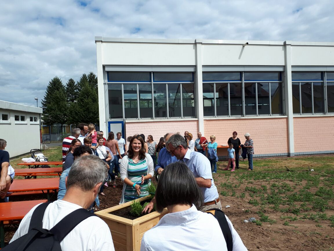 Kräuterpflanzaktion zur Eröffnung des Gemeinschaftsgartens