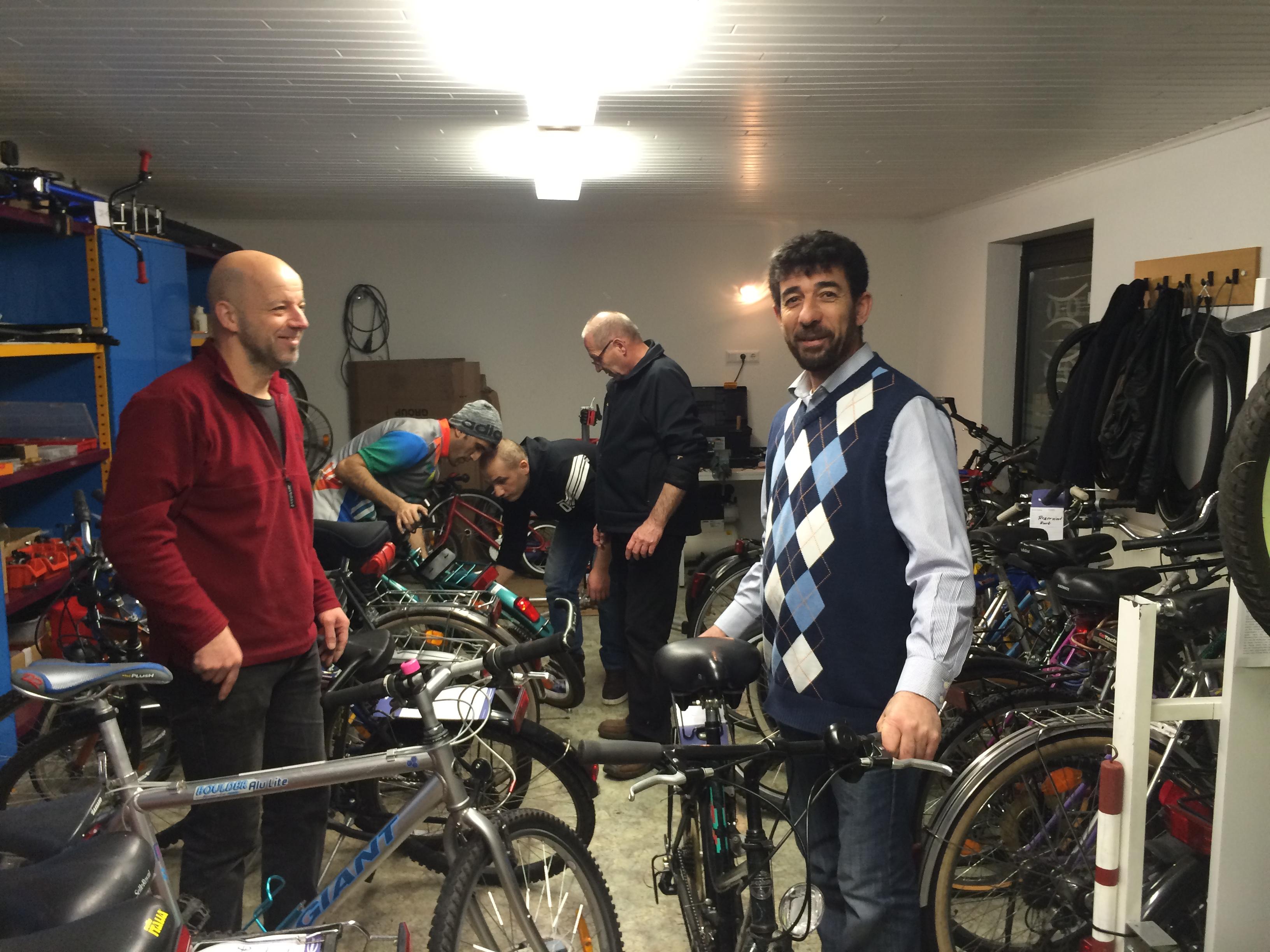 Gemeinsames Arbeiten in der Fahrradwerkstatt