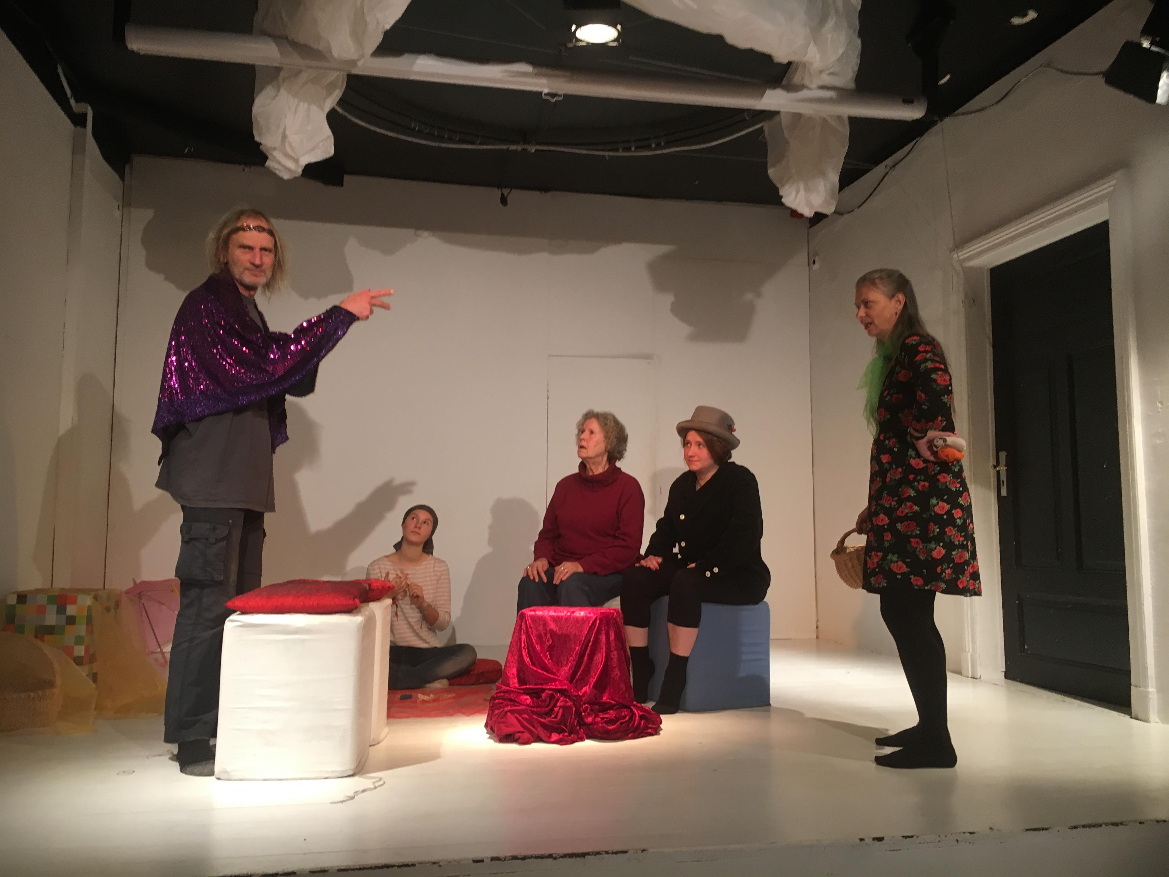 Probe zur szenischen Lesung - 5 Personen auf einer Bühne