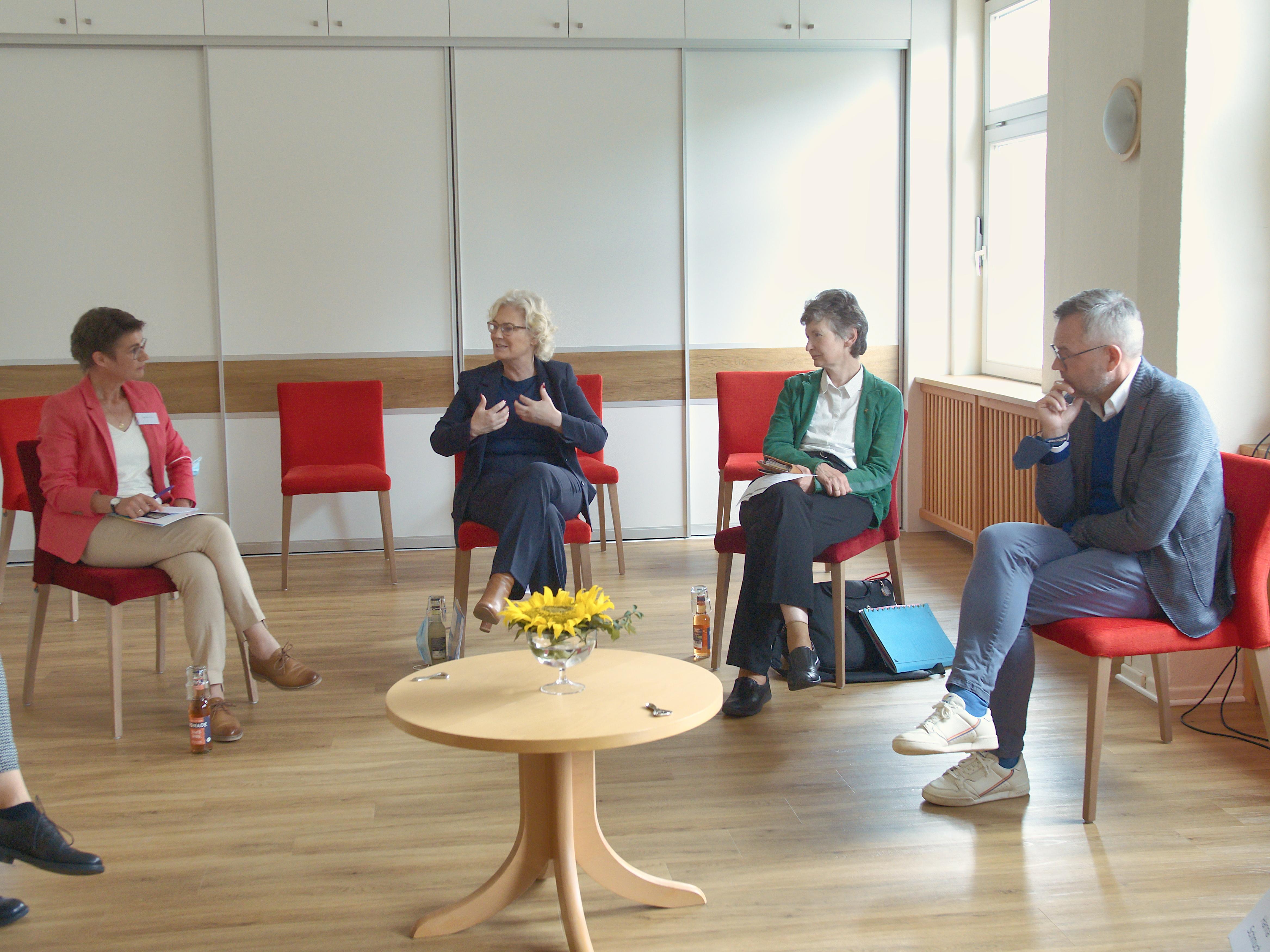 Bundesfamilienministerin Christine Lambrecht im Gespräch mit Vertreterinnen und Vertretern des Mehrgenerationenhauses Werra-Meißner