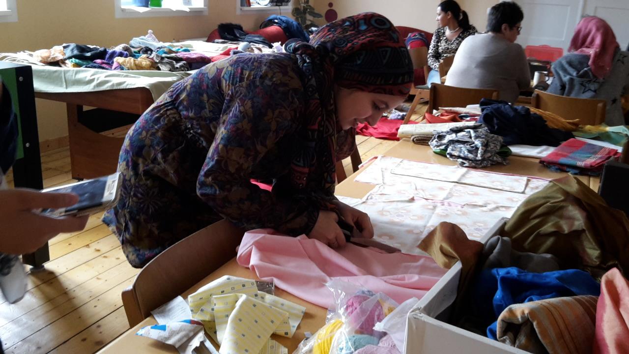Eine Frau schneidet Stoffe zu