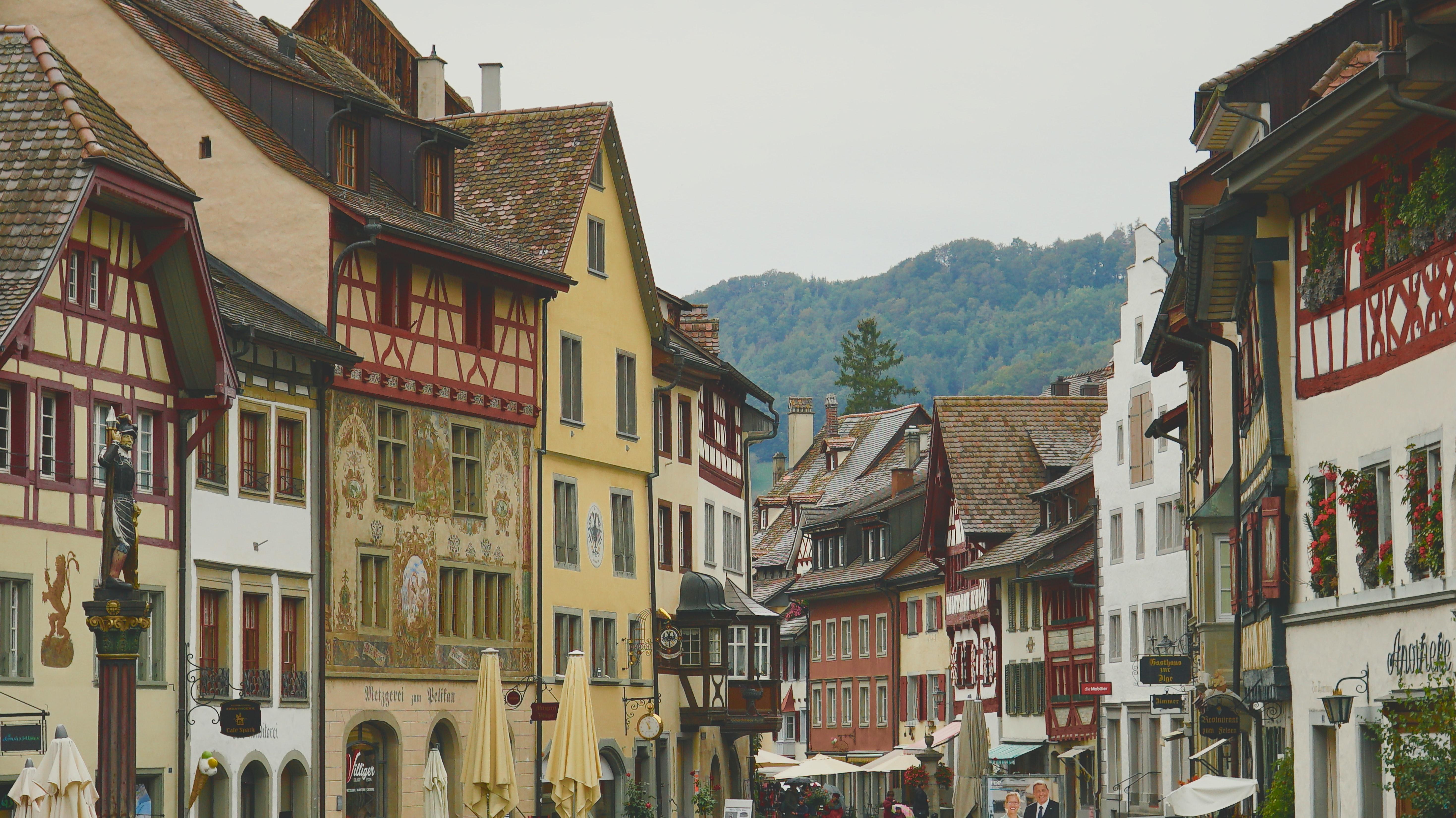 Aufnahme einer Altstadt mit Fachwerkhäusern, im Hintergrund sind Hügel zu sehen.