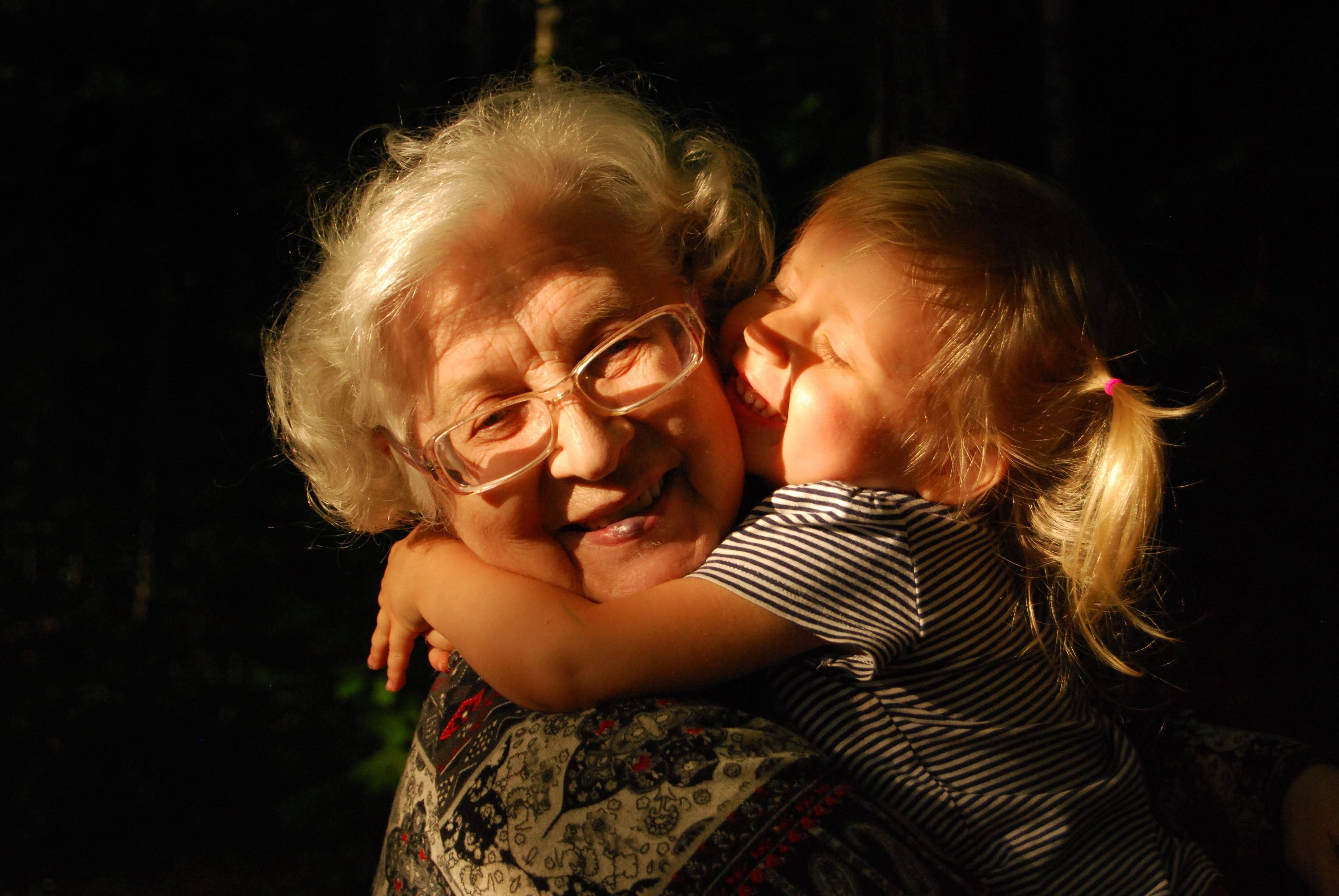 Eine Großtmutter, die ein Kind auf dem Arm hält.
